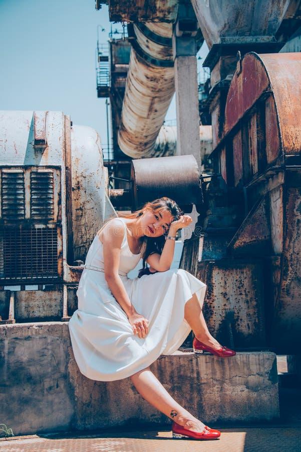 Vieilles machines, jeunes filles photo stock