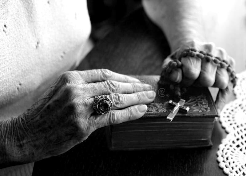 Vieilles mains utilisées fatiguées image libre de droits