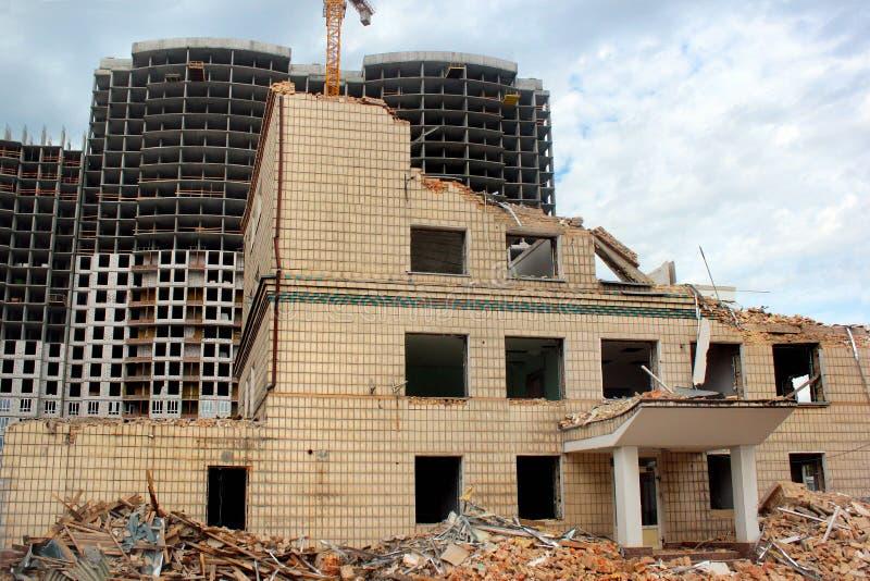 Vieilles maison et construction démolies du nouveau bâtiment résidentiel ayant beaucoup d'étages images stock
