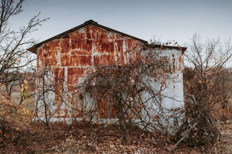 Vieilles maisons abandonnées dans le village Paysages d'automne par temps nuageux images stock