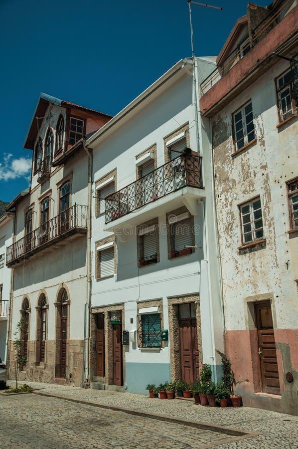 Vieilles maisons avec le plâtre usé et les portes en bois image stock