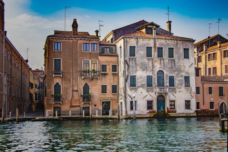 Vieilles maisons avec les façades colorées dans le canal à Venise, Italie photos stock