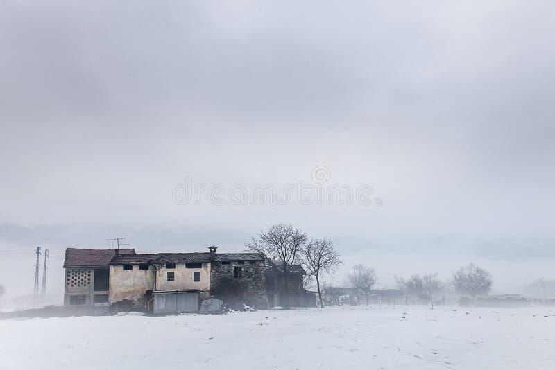 Vieilles maisons dans la neige image libre de droits