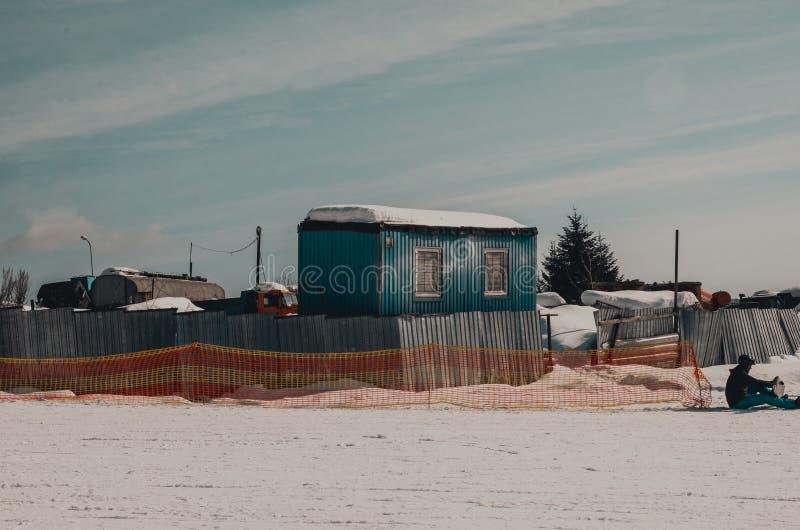 Vieilles maisons dans la neige photographie stock