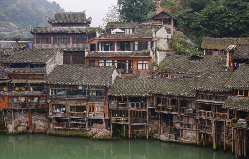 Vieilles maisons dans la ville de Fenghuang, Chine images stock