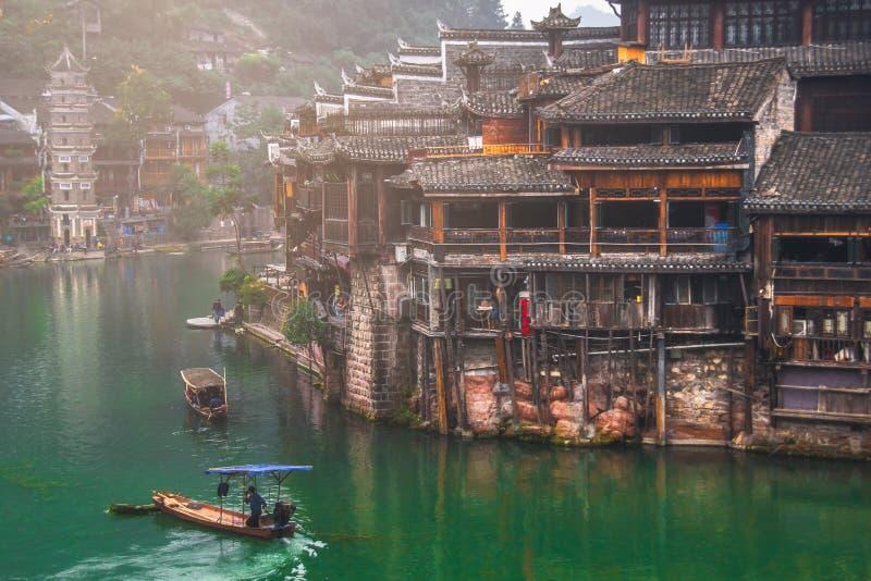 Vieilles maisons dans le comté de Fenghuang le 22 octobre 2013 dans Hunan, Chine La ville antique de Fenghuang a été ajoutée au m photos stock