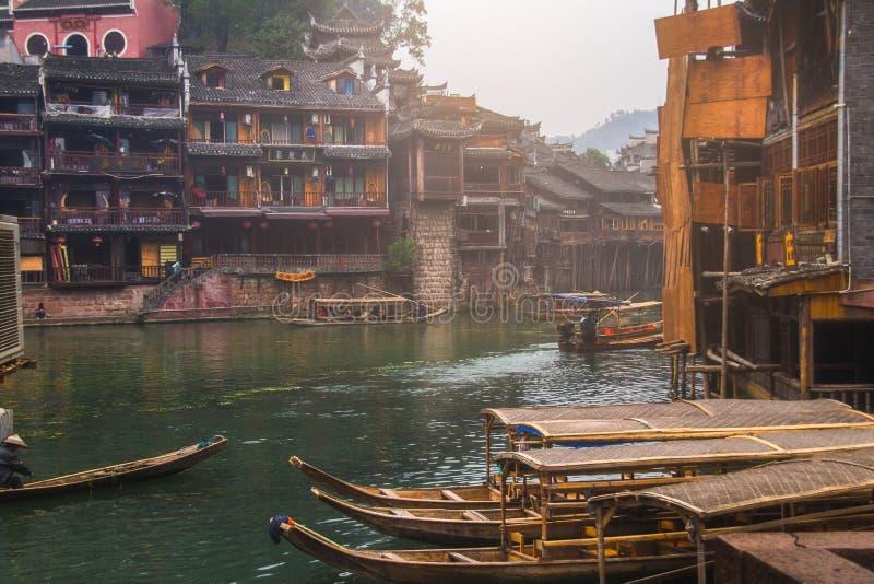 Vieilles maisons dans le comté de Fenghuang le 22 octobre 2013 dans Hunan, Chine La ville antique de Fenghuang a été ajoutée au m photographie stock