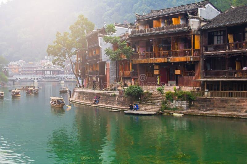 Vieilles maisons dans le comté de Fenghuang le 22 octobre 2013 dans Hunan, Chine La ville antique de Fenghuang a été ajoutée au m photo stock