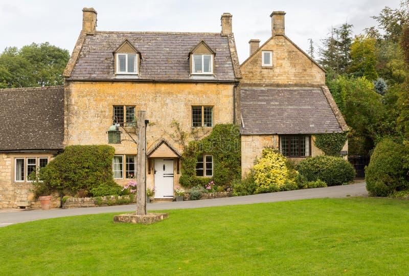 Vieilles maisons dans le secteur de Cotswold de l'Angleterre image stock