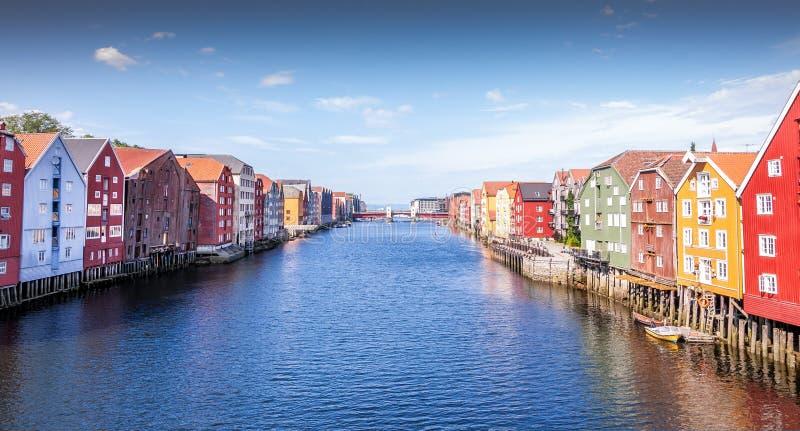 Vieilles maisons en bois à Trondheim norway images libres de droits