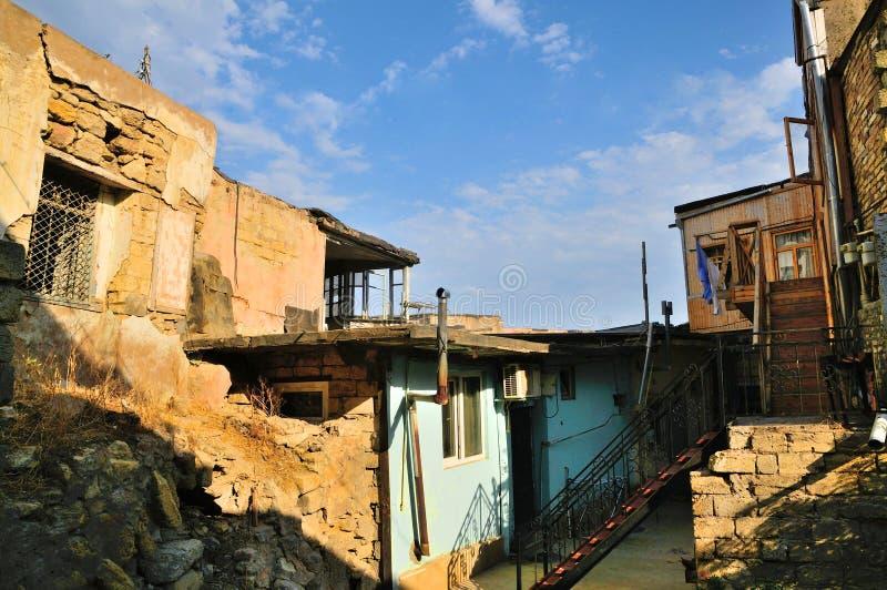 Vieilles maisons et cours quittant Bakou photo stock