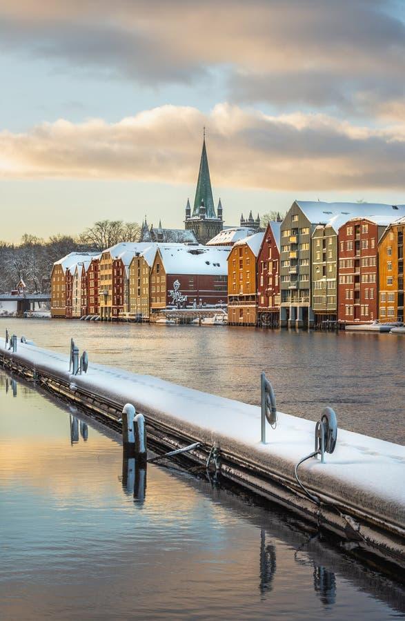 Vieilles maisons et magazines par la rivière de Nidelva à Trondheim, cathédrale de Nidarosdomen dans le dos image stock