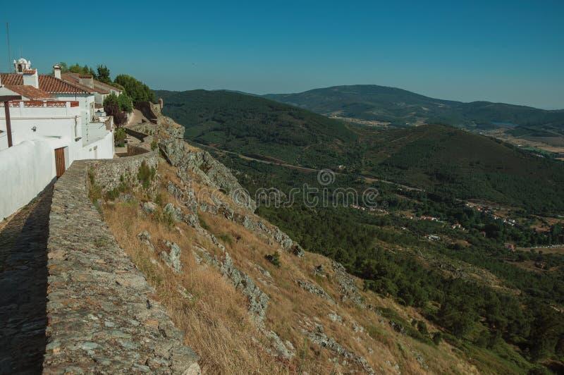 Vieilles maisons et parapet en pierre avec le paysage montagneux photo stock