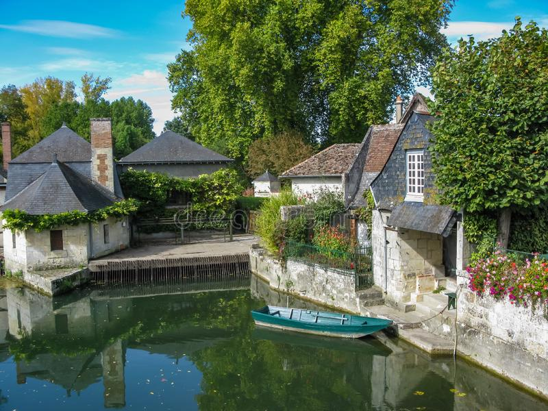 Vieilles maisons pittoresques sur le canal en Loire photo libre de droits