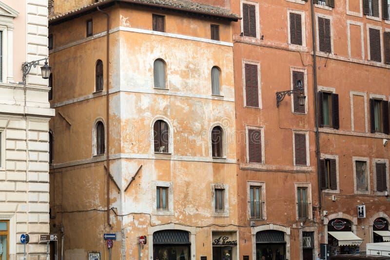 Vieilles maisons romaines chez Piazza Rotonda à Rome photo stock