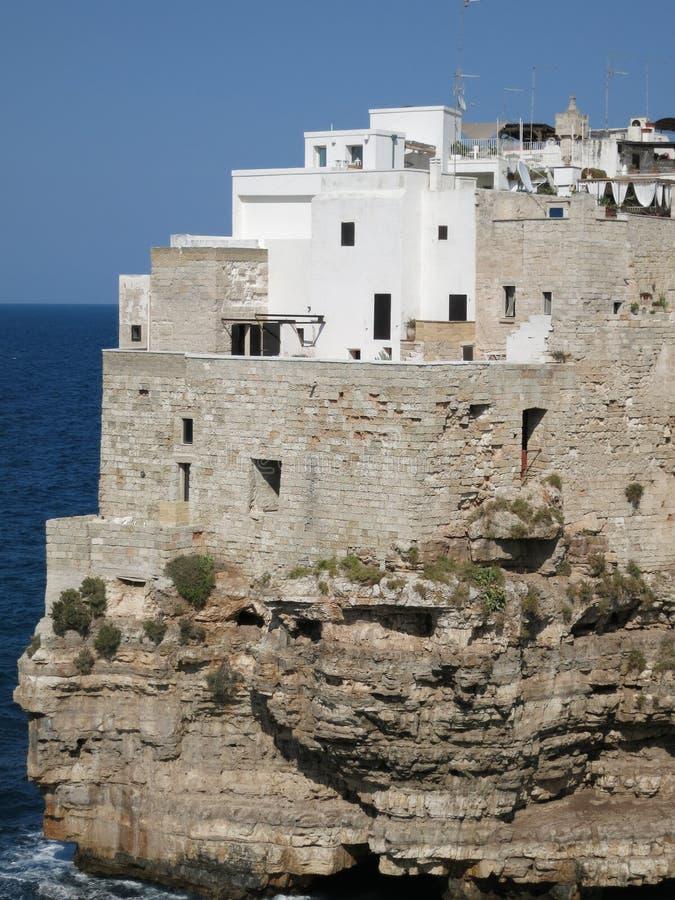 Vieilles maisons sur la falaise, Polignano une jument, Italie image libre de droits