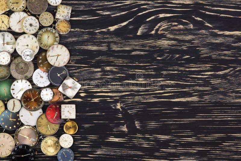 Vieilles montres sur un fond en bois foncé photographie stock libre de droits