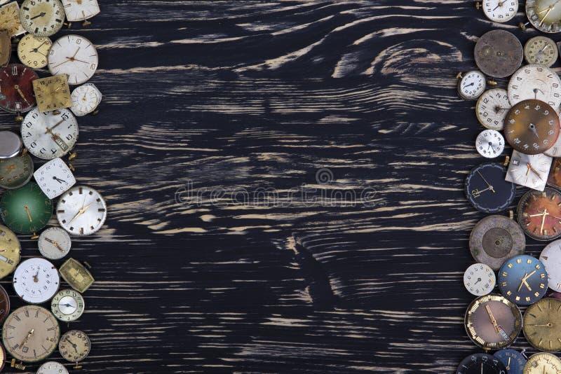 Vieilles montres sur un fond en bois foncé images libres de droits