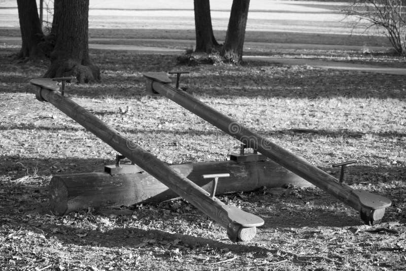 Vieilles oscillations en bois dans le terrain de jeu de forêt d'isolement image stock