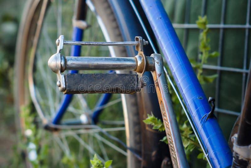 Vieilles pédales de bicyclette image stock