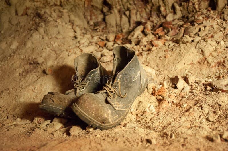 Vieilles paires de bottes jetées avec des dentelles images stock