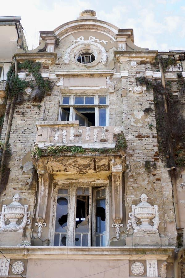 Vieilles pauvreté et misère détruites de maison Il est détruit au fil du temps images libres de droits