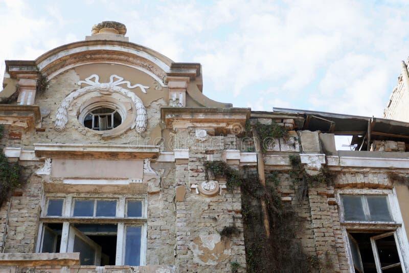 Vieilles pauvreté et misère détruites de maison Il est détruit au fil du temps photos stock