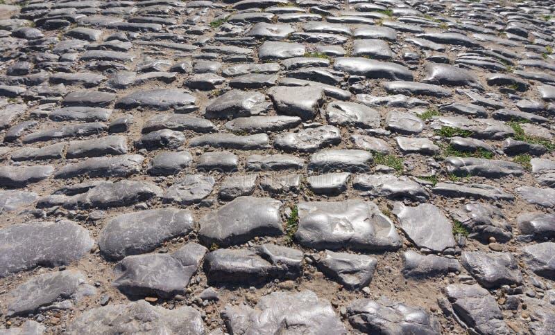 Vieilles pierres sur la route pavée photo libre de droits