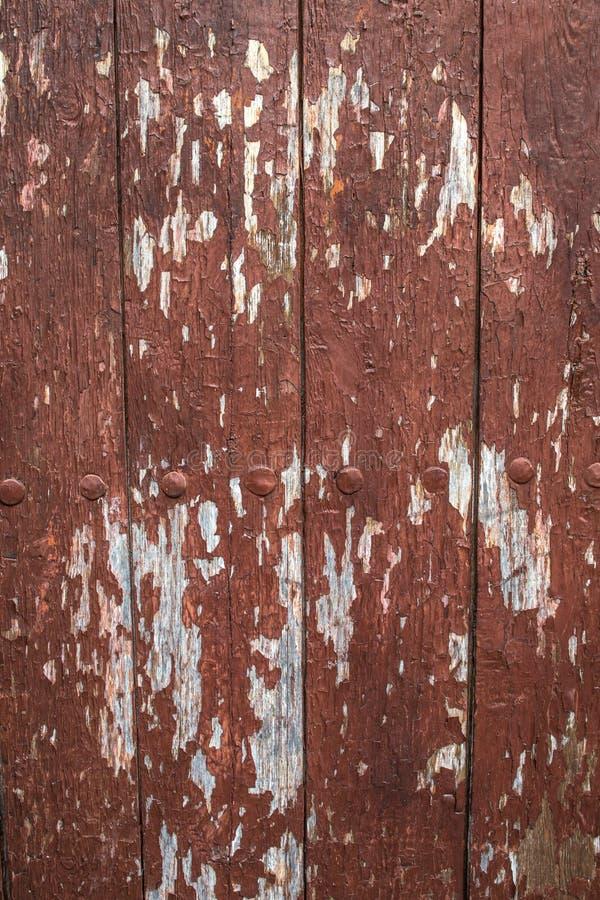 Vieilles planches en bois minables avec la peinture rouge-brun criquée de couleur, fond photographie stock