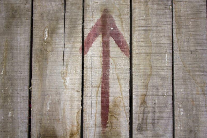 Vieilles planches en bois sales poussiéreuses grises avec les fissures et la flèche rouge taches de saleté sur les conseils en bo image libre de droits