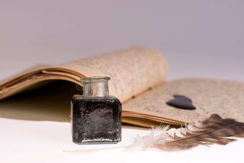 Vieilles plume d'écriture et tache d'encre avec la lettre manuscrite photos libres de droits