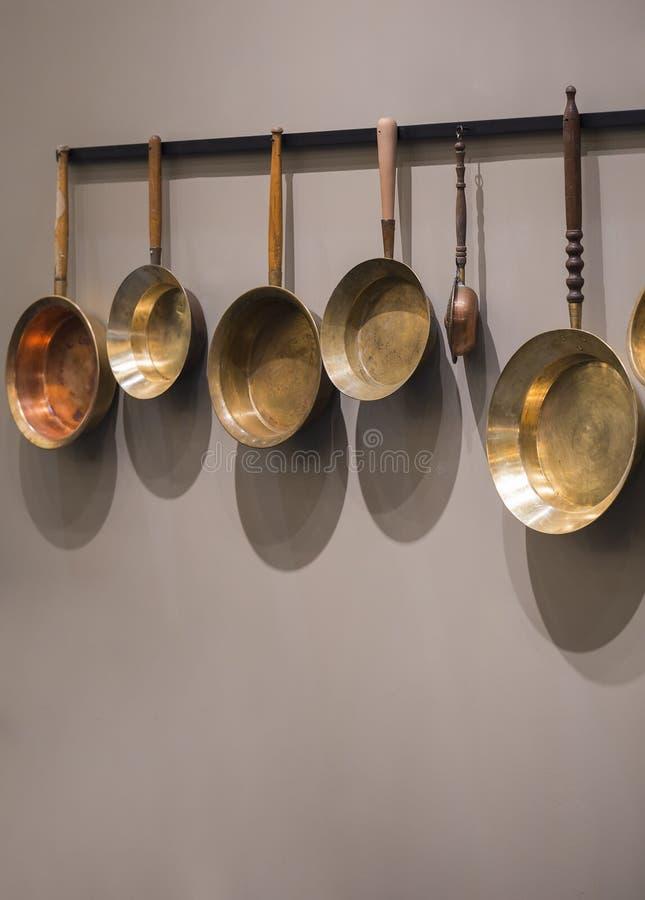 Vieilles poêles décoratives de cru Collection de poêles de cuivre utilisées sur le mur photos libres de droits