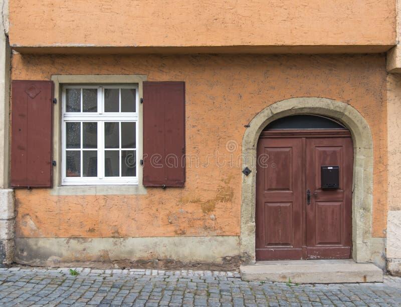 Vieilles porte et fenêtre sur le vieux mur classique en Europe photo libre de droits