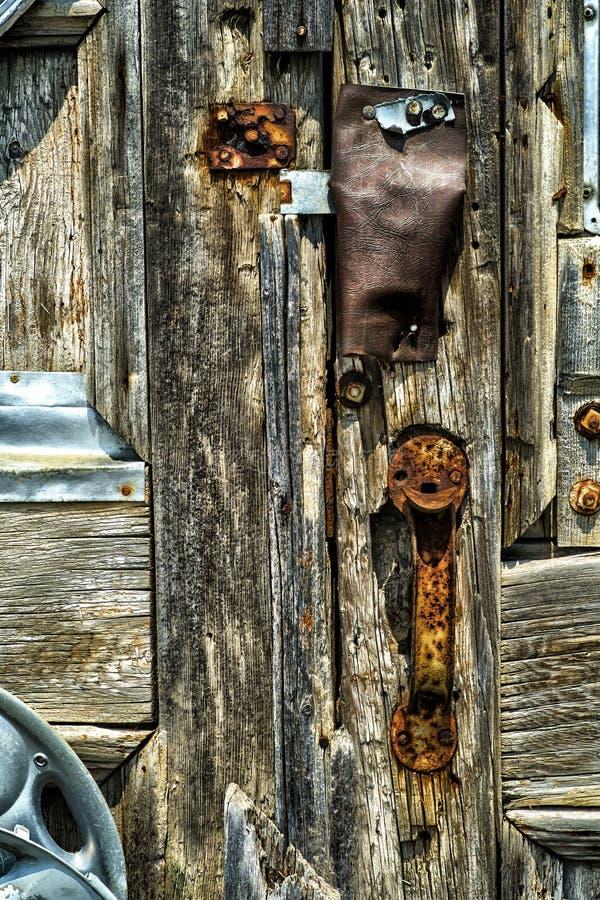 Vieilles porte et poignée en bois photos libres de droits