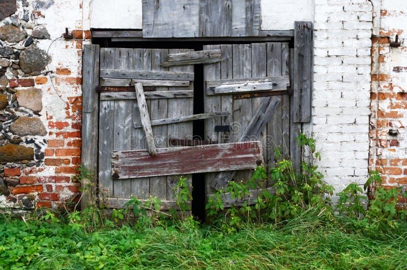 Vieilles portes en bois cassées images libres de droits