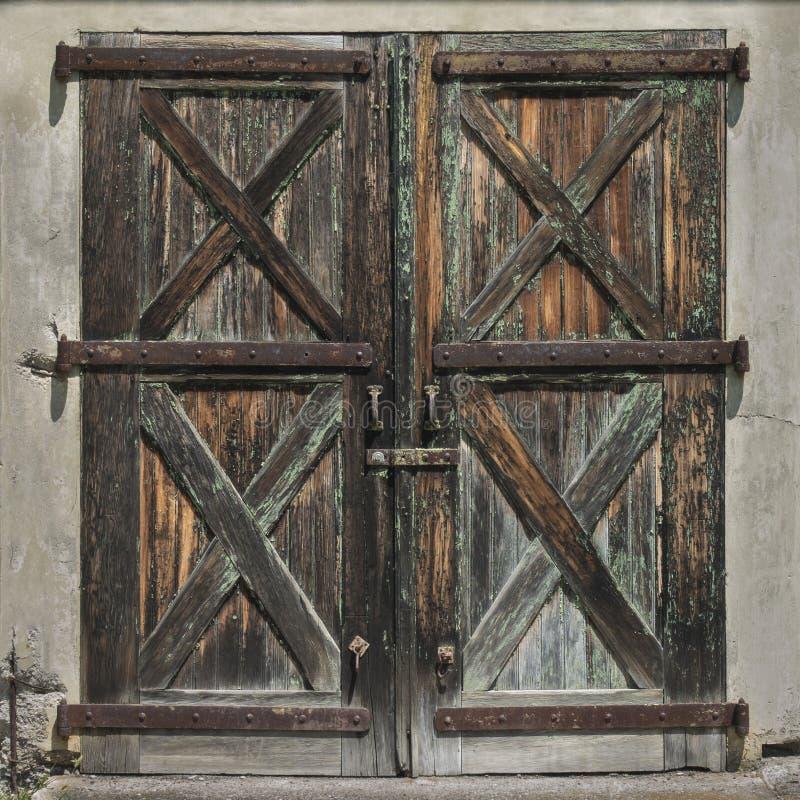 Vieilles portes en bois de Brown photographie stock libre de droits
