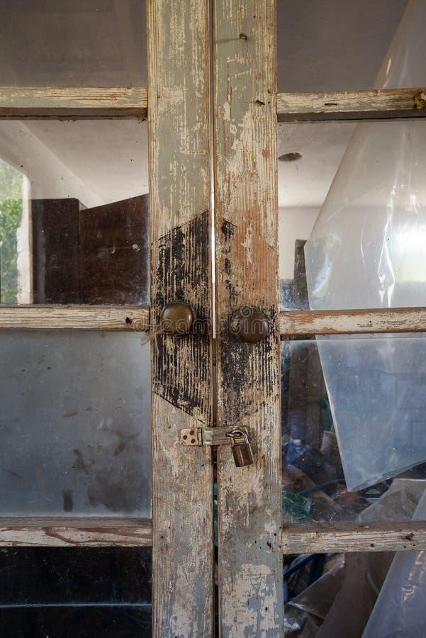 Vieilles portes en bois de maison images libres de droits