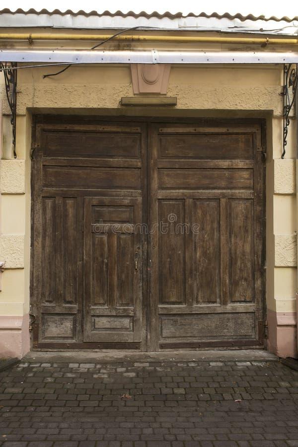 Vieilles Portes En Bois Sur Une Grange Photo stock - Image du entrée ...