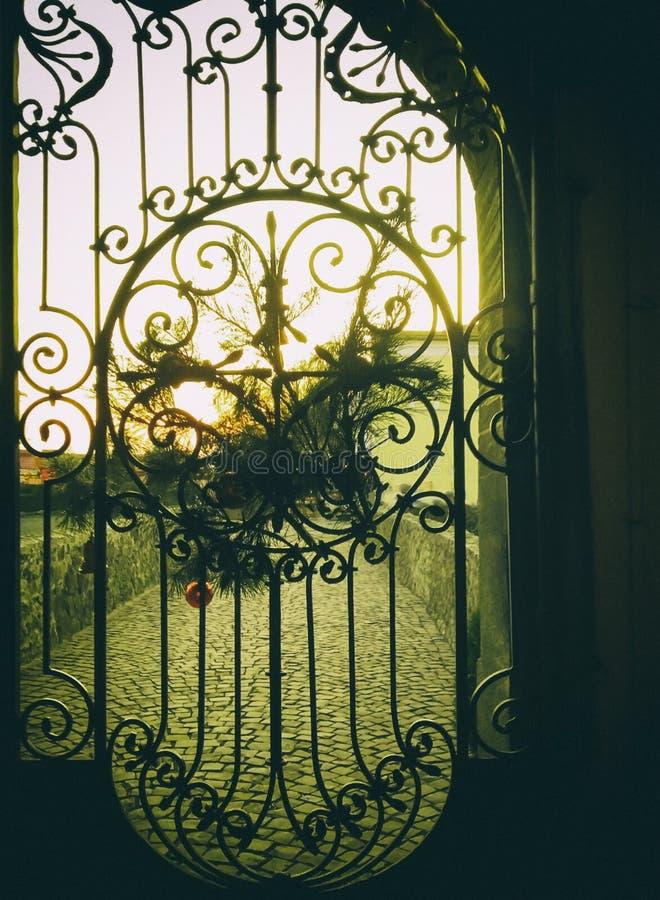 Vieilles portes forgées dans le château médiéval image libre de droits