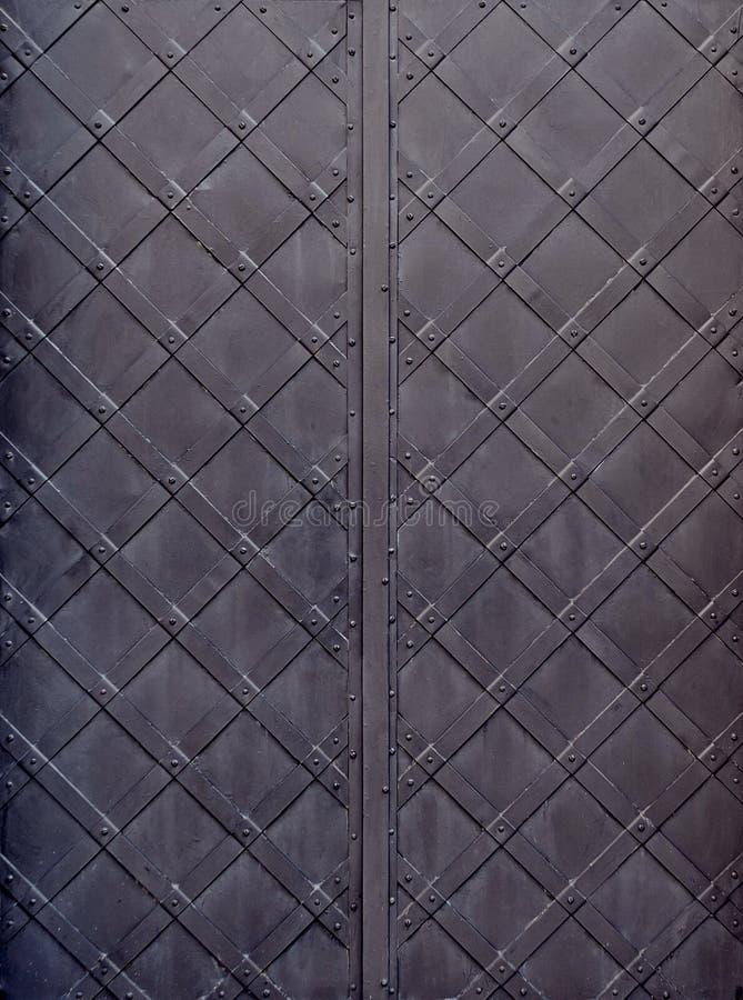 Vieilles portes noires en métal photo stock