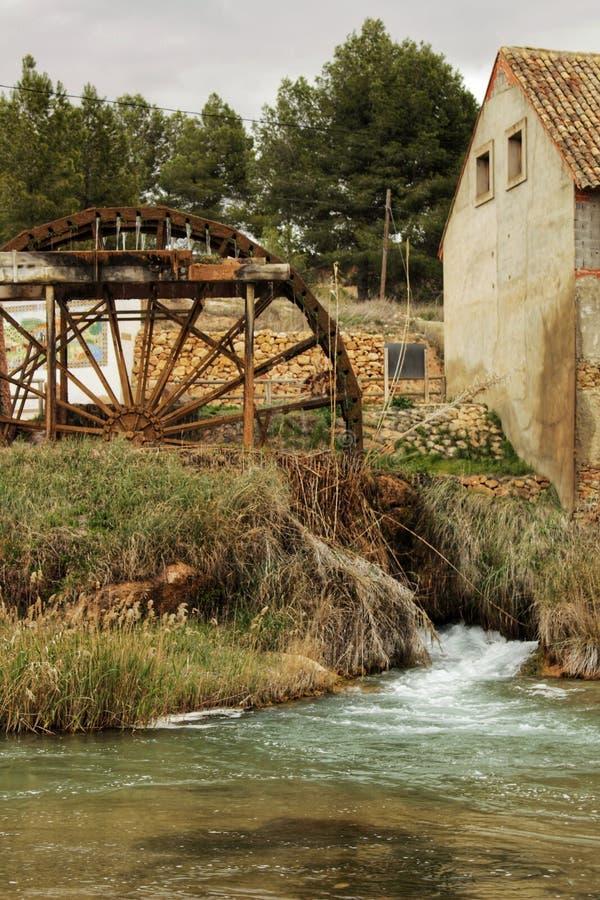 Vieilles roue hydraulique et rivière en bois de Cabriel sur son chemin par le village de Rio de del de maisons, Albacete, Espagne photo stock