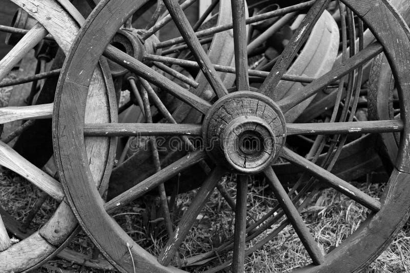 Vieilles roues de chariot en bois photographie stock libre de droits