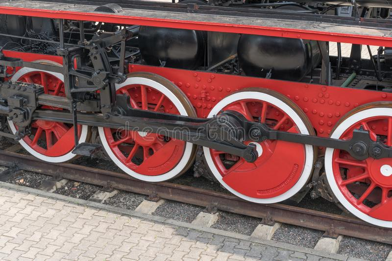 Vieilles roues de train de vapeur s'approchant, plan rapproché Roues noires et rouges Rails et dormeur photos stock