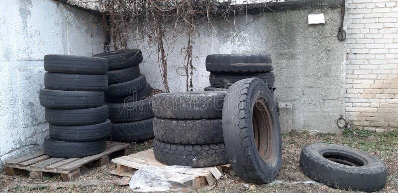 Vieilles roues de véhicule image libre de droits