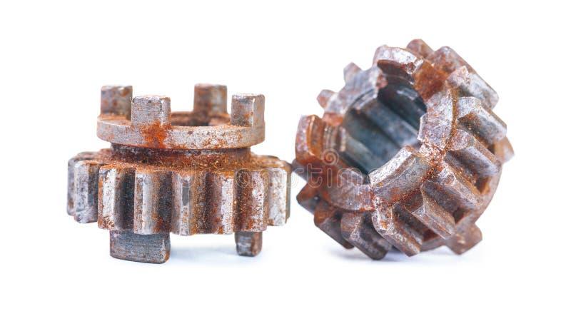 Vieilles roues dentées rouillées et époussetées d'isolement sur le blanc images libres de droits