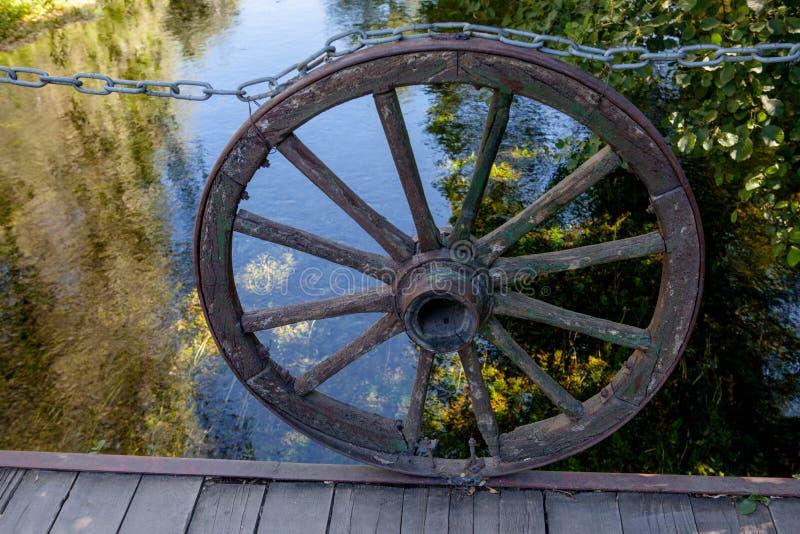 Vieilles roues en bois près de lac images stock