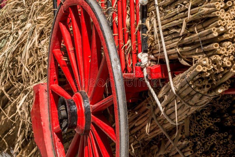 Vieilles roues rouges en bois et en métal image stock