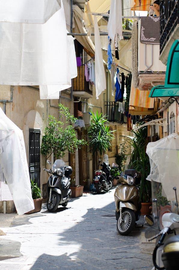 Vieilles rues étroites de ville de Bari, Puglia, Italie du sud image libre de droits