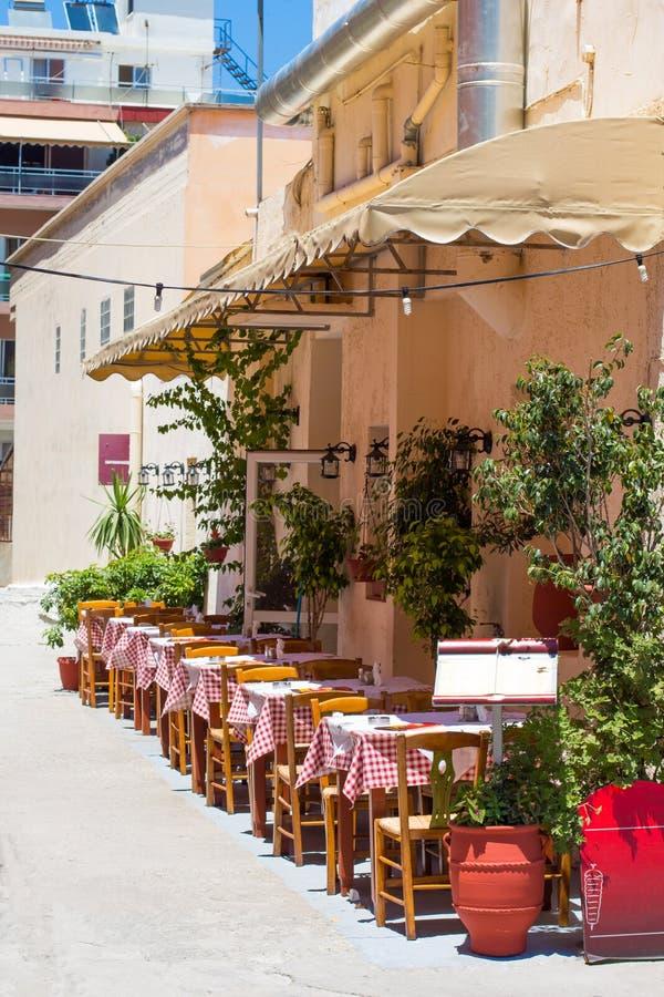 Vieilles rues avec des restaurants dans Chania, Grèce photos stock