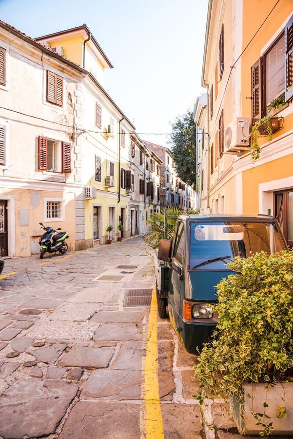 Vieilles rues dans Izola, Slovénie images libres de droits